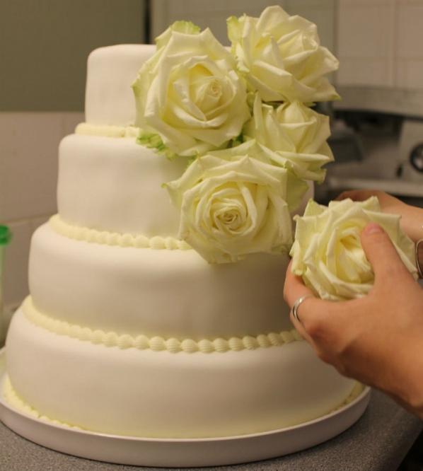 Roser på bryllupskage