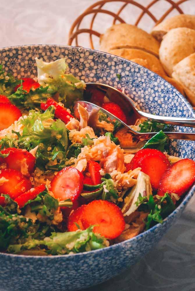 Salat med laks og jordbær, opskrift fra Baegglad