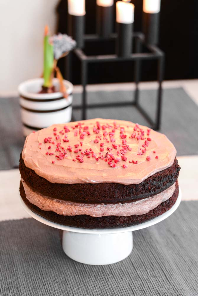 Chokoladelagkage med chokolade glasur