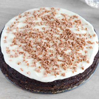 Chokoladekage med glasur og pynt