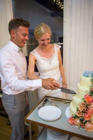 Skære bryllupskage